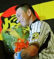 引退会見で花束を受け取り笑顔の金本知憲選手=兵庫県西宮市のホテルで2012年9月12日午後4時16分、長谷川直亮撮影