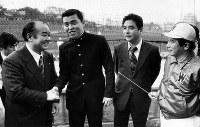 【1979年】岡田彰布(早大)阪神が1位指名。阪神の田丸スカウト(左)と握手する=1979年11月27日撮影