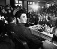 【1981年】金村義明(報徳学園)記者会見場に詰めかけた級友たちを前に近鉄入りに笑顔を見せる=兵庫県西宮市で1981年11月25日撮影