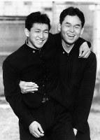 【1987年】立浪和義、橋本清(PL学園)肩を組み喜び合う、中日から1位指名の立浪(左)と、巨人1位指名の橋本清=大阪府で1987年11月18日撮影