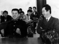 【1988年】谷繁元信(江の川高)大洋から1位指名され、ガッツポーズ=島根・江の川高で1988年11月24日撮影