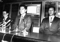 【1989年】佐々木主浩(東北福祉大)大洋から1位指名され、菅本総監督(左)、伊藤義博監督(右)とともに記者会見する=1989年11月26日撮影