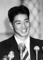 【1991年】田口壮(関西学院大)オリックスの1位指名が決まり、笑顔で記者の質問に答える=1991年11月22日撮影