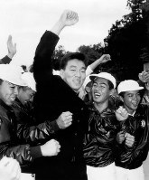 【1992年】松井秀喜(星稜)巨人から1位指名を受け拳を高々と上げる=金沢市で1992年11月21日撮影