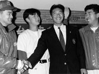 【1993年】小久保裕紀(青山学院大)ダイエーに2位指名され、ナインから祝福される=神宮球場で1993年11月20日撮影