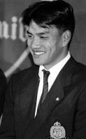 【1996年】井口忠仁(青山学院大)ダイエーに1位指名を受け、笑顔で答える=青山学院大学で1996年11月21日撮影