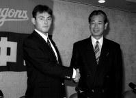 【1997年】川上憲伸(明治大)中日に1位指名を受け星野監督(右)と握手する=1997年11月21日撮影