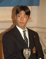 【1998年】上原浩治(大体大)緊張した面持ちでドラフト会議の進行を見守る=大阪市北区の帝国ホテル大阪で1998年11月20日、大崎幸二撮影