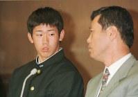 【1998年】松坂大輔(横浜高)渡辺監督(右)と会見に臨む=横浜市の私学会館で1998年11月5日、米田堅持撮影