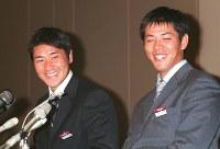【1999年】高橋尚成、清水直行(東芝)意中の球団からの指名を確認し、笑顔がこぼれる巨人1位指名の高橋尚成(左)とロッテ2位指名の清水直行=東京・芝浦の東芝本社で1999年11月19日、松田嘉徳撮影