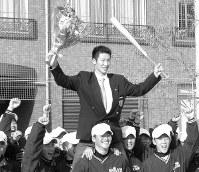 【2002年】西岡剛(大阪桐蔭)千葉ロッテから1巡目で指名され、後輩らとともに祝う=大阪桐蔭グラウンドで2002年11月20日、貝塚太一撮影