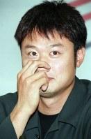 【2002年】鈴木誠[マック鈴木](元米大リーグ投手)オリックスから2位で指名され、チームについて話す=東京都港区で2002年11月20日、宮本明登撮影