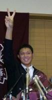 【2005年】辻内崇伸(大阪桐蔭)初の高校生ドラフトで、交渉権獲得球団がオリックスから巨人に訂正され、満面の笑みを見せる=大阪府大東市で2005年10月3日、小関勉撮影