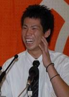 【2006年】前田健太(PL学園)広島から1位で指名され、満面の笑顔で会見する=大阪府富田林市で2006年9月25日、大西達也撮影