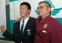 【2006年】梶谷隆幸(開星高)高校生ドラフトで横浜から指名され、野々村直通監督と共に喜ぶ=松江市の開星高で2006年9月25日撮影