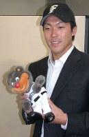 【2007年】多田野数人(元米大リーグ投手)大学生・社会人ドラフトで日本ハムから1巡目指名を受け、日本ハムの帽子をかぶる=神宮球場で2007年11月19日、田内隆弘撮影