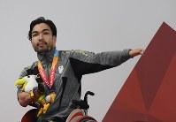 【アジアパラ大会・競泳】男子50メートル自由形(運動機能障害)で金メダルを獲得し、声援に応える鈴木孝幸=インドネシア・ジャカルタで2018年10月11日、久保玲撮影