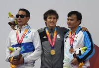 【アジアパラ大会・競泳】男子100メートル背泳ぎ(視覚障害S11)で金メダルを獲得し、表彰式で笑顔を見せる木村敬一(中央)=インドネシア・ジャカルタで2018年10月11日、久保玲撮影