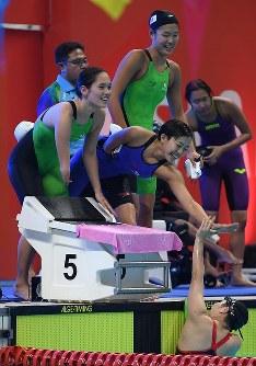 【アジアパラ大会・競泳】女子400メートルメドレーリレー(運動機能障害)で銀メダルを獲得し、喜ぶ日本の選手たち=インドネシア・ジャカルタで2018年10月11日、久保玲撮影
