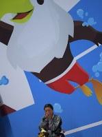 【アジアパラ大会・競泳】女子50メートル自由形(運動機能障害S5)で銀メダルを獲得し、表彰式で顔を覆う成田真由美=インドネシア・ジャカルタで2018年10月11日、久保玲撮影
