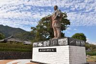生家近くに建つ岩崎弥太郎の銅像=高知県安芸市で、松原由佳撮影