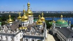 キエフの街。世界遺産のペチェールシク大修道院からドニエプル川と対岸の新市街を望む(写真は筆者撮影)
