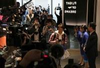 中部空港に開業した複合商業施設「フライト・オブ・ドリームズ」に入場する人たち=愛知県常滑市で2018年10月12日午前10時、兵藤公治撮影
