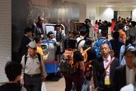 豊洲市場の見学者コースで、小型運搬車ターレに乗って記念撮影する人たち=東京都江東区で2018年10月13日午前10時39分、竹内紀臣撮影