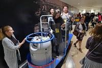 豊洲市場の見学者コースで、小型運搬車ターレに乗って記念撮影する観光客ら=東京都江東区で2018年10月13日午前10時9分、竹内紀臣撮影