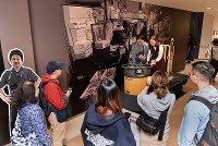 豊洲市場の見学者コースで、小型運搬車ターレに乗って記念撮影する人たち=東京都江東区で2018年10月13日午前10時16分、竹内紀臣撮影
