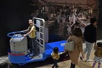豊洲市場の見学者コースで、小型運搬車ターレに乗って記念撮影する男の子=東京都江東区で2018年10月13日午前11時12分、竹内紀臣撮影