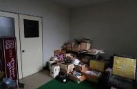 富士ケ嶺公民館に残されたオウム真理教施設から回収された物品。ガスマスクやヘルメット、「AUM」と書かれた子供用Tシャツなどが見える=山梨県富士河口湖町で2018年9月6日、小川昌宏撮影