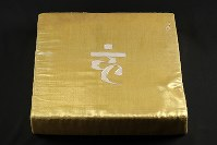 富士ケ嶺公民館に残されたオウム真理教施設から回収された金色の座布団=山梨県富士河口湖町で2018年9月6日、小川昌宏撮影