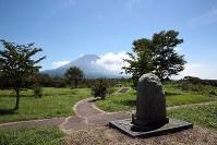 オウム真理教の施設があった場所に建てられた慰霊碑(手前)。奥は富士山=山梨県富士河口湖町で2018年8月27日、小川昌宏撮影