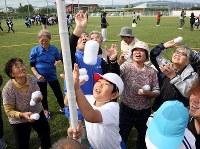 初めて開催された運動会で、地域住民らと一緒に玉入れを楽しむなみえ創成小中学校や浪江にじいろこども園の子どもたち=福島県浪江町で2018年10月13日午前9時53分、喜屋武真之介撮影