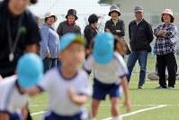 初めて開催された運動会で、なみえ創成小中学校や浪江にじいろこども園の子どもたちを笑顔で見守る地域住民ら=福島県浪江町で2018年10月13日午前9時28分、喜屋武真之介撮影