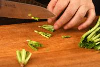 ホウレンソウの下から3センチくらいにカットして根だけにし、縦に4等分に切り、他は食べやすい長さに=根岸基弘撮影