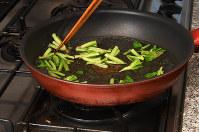 フライパンで水1カップを沸騰させ、根をゆでてから残りを入れ、ふたをして蒸しゆでする=根岸基弘撮影