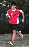 走り込む服部蓮太郎選手=奈良県桜井市で、佐藤英里奈撮影