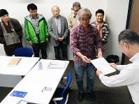 福井県高浜町に対し要望書を提出する脱原発団体の代表者ら=高橋一隆撮影