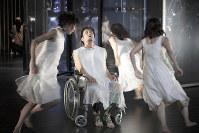 ジュリエット「たち」に囲まれるロミオ=写真家・篠山紀信撮影
