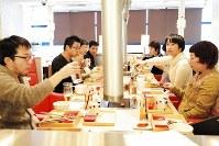 3年前の年の瀬の午後、焼き肉店で開かれたユーワークスの忘年会。子育て中の社員も多く、全員が集まる会を夜に開くことはなくなった=東京都文京区で2015年12月18日、同社提供
