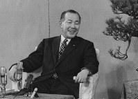 東京・永田町の首相官邸で記者会見をする田中角栄首相=1972年12月撮影