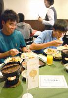 宿泊先のホテルでいちほまれを食べる国体出場選手たち=福井市順化1の福井パレスホテルで、大森治幸撮影
