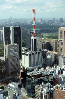 The Tokyo Electric Power Co. (TEPCO) headquarters building in the capital's Chiyoda Ward is seen from Shiodome City Center in Tokyo's Minato Ward in this file photo taken on Aug. 24, 2011. (Mainichi/Motohiro Negishi)