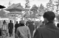 映画全盛期の、京都・太秦撮影街。通勤時、大映組と東映組が広隆寺山門前で左右に分かれる=1957(昭和32)年2月