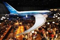 中部空港に「フライト・オブ・ドリームズ」が開業し、ボーイング787の主翼の下で食事をする人たち=愛知県常滑市で2018年10月12日午後0時6分、兵藤公治撮影