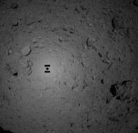 着陸に向けたリハーサルで撮影された小惑星リュウグウの画像。最接近する直前の探査機はやぶさ2の影が鮮明に映っている=2018年10月15日、宇宙航空研究開発機構提供