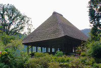 一重寄棟造り、茅葺(かやぶ)きの堂々とした阿弥陀堂である=和歌山県有田川町杉野原で