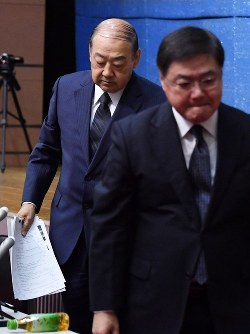 Showa University President Ryohei Koide, left back, and medical school head Yoshio Ogawa, leave a press conference in Tokyo's Shinagawa Ward, where they announced the school's manipulation of entrance exam scores, on Oct. 15, 2018. (Mainichi/Naoki Watanabe)